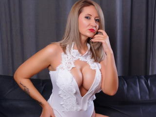 Poza sexy de profil a modelului AshantiHill, pentru un intens show webcam live !