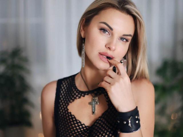 Hình ảnh đại diện sexy của người mẫu BelleLisaG để phục vụ một show webcam trực tuyến vô cùng nóng bỏng!