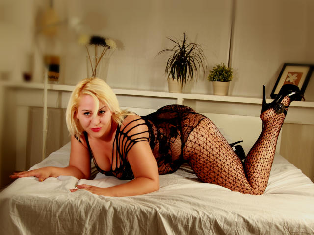 Picture of the sexy profile of BlondeLorelleTease, for a very hot webcam live show !