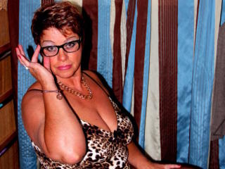 Bettina - Webcam porn with a chocolate like hair Sexy mother