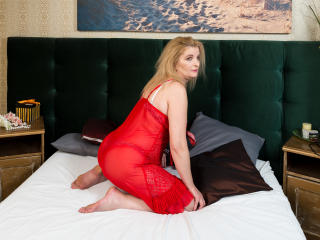 FantasyLillia - Live chat sexy with this shaved pubis Lady
