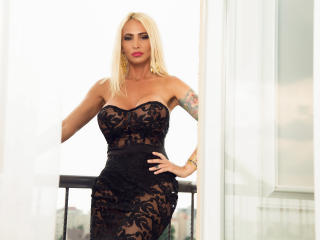 SexyCynthyaX - Chat live hot with a shaved private part Attractive woman