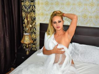 GloriaTrannny - Live cam sex with a muscular physique Trans