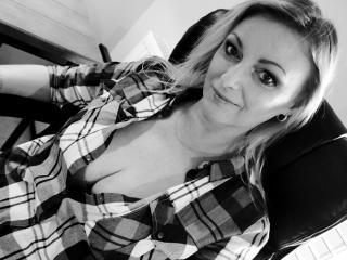 XLovelyVanessa nude girl butt on cam