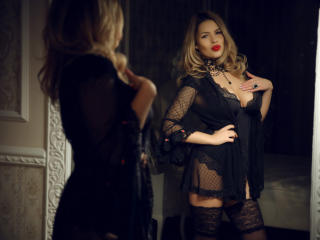 OneChic - Live chat nude with a European Young lady