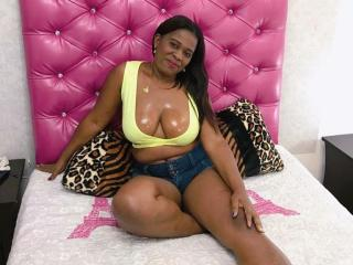CamlindsayEbonyy - Webcam nude with this dark-skinned Sexy mother